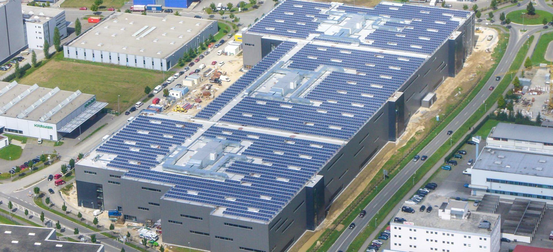 Luftaufnahme des Solardaces von Hugo Boss in Metzingen