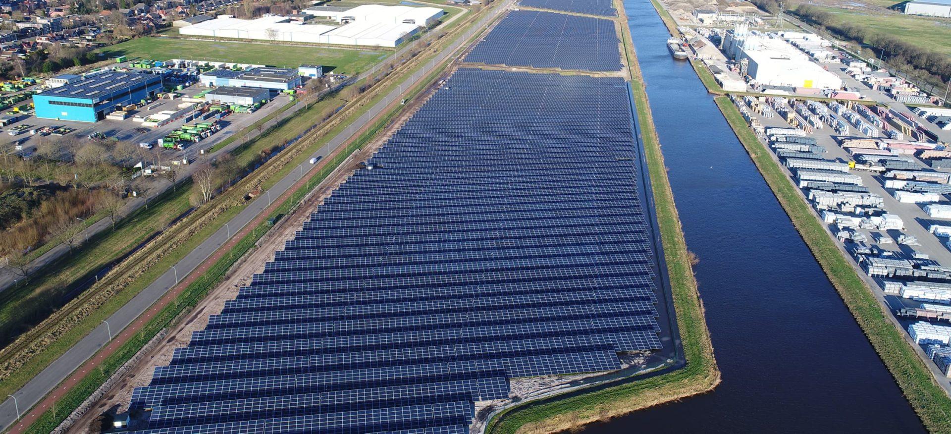 Luftaufnahme der Solaranlage Veendam, Niederlande