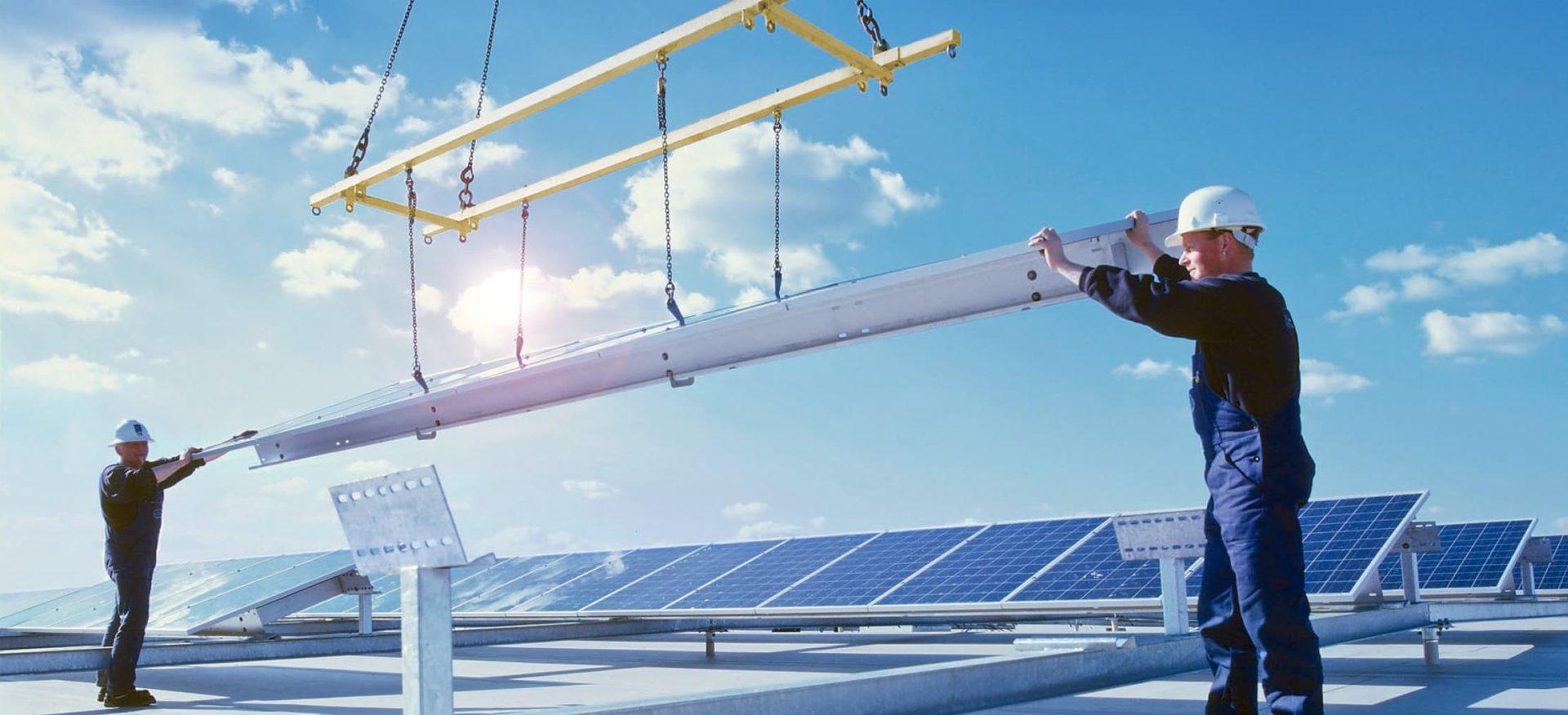 Zwei Ingeneure installieren eine Solaranlage