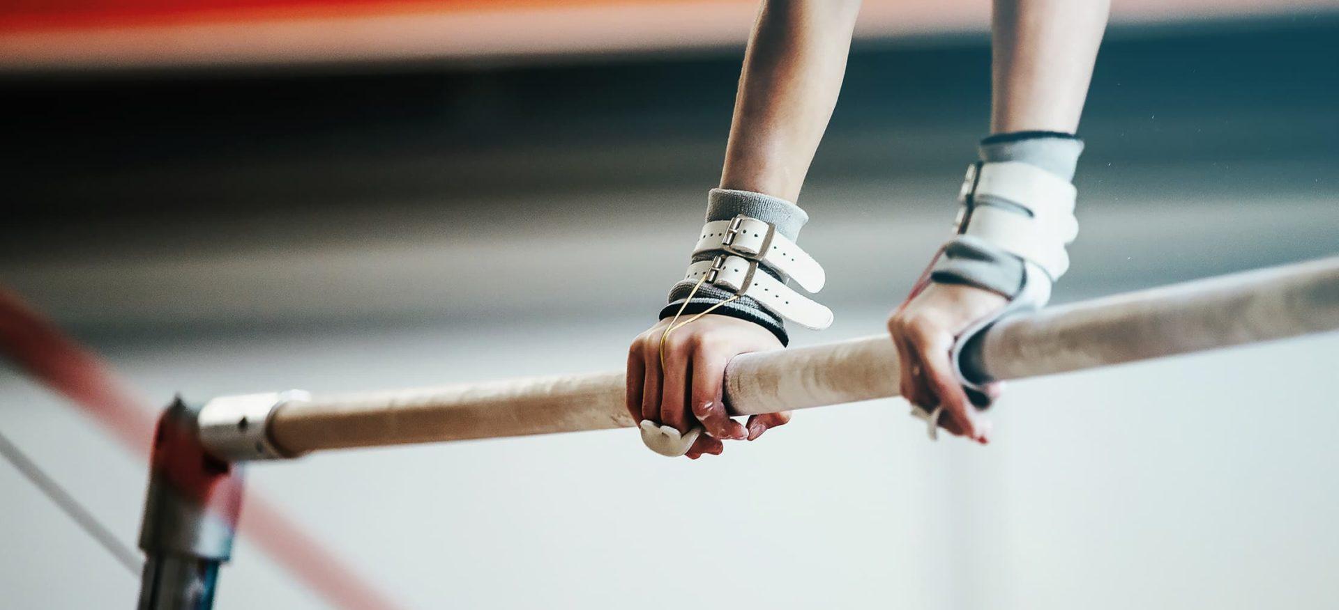 Die Hände eines Sportlers an der Stange