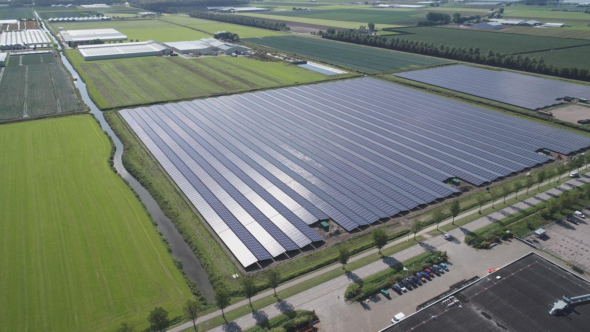 Luftaufnahme der Solaranlage Andjik, Niederlande
