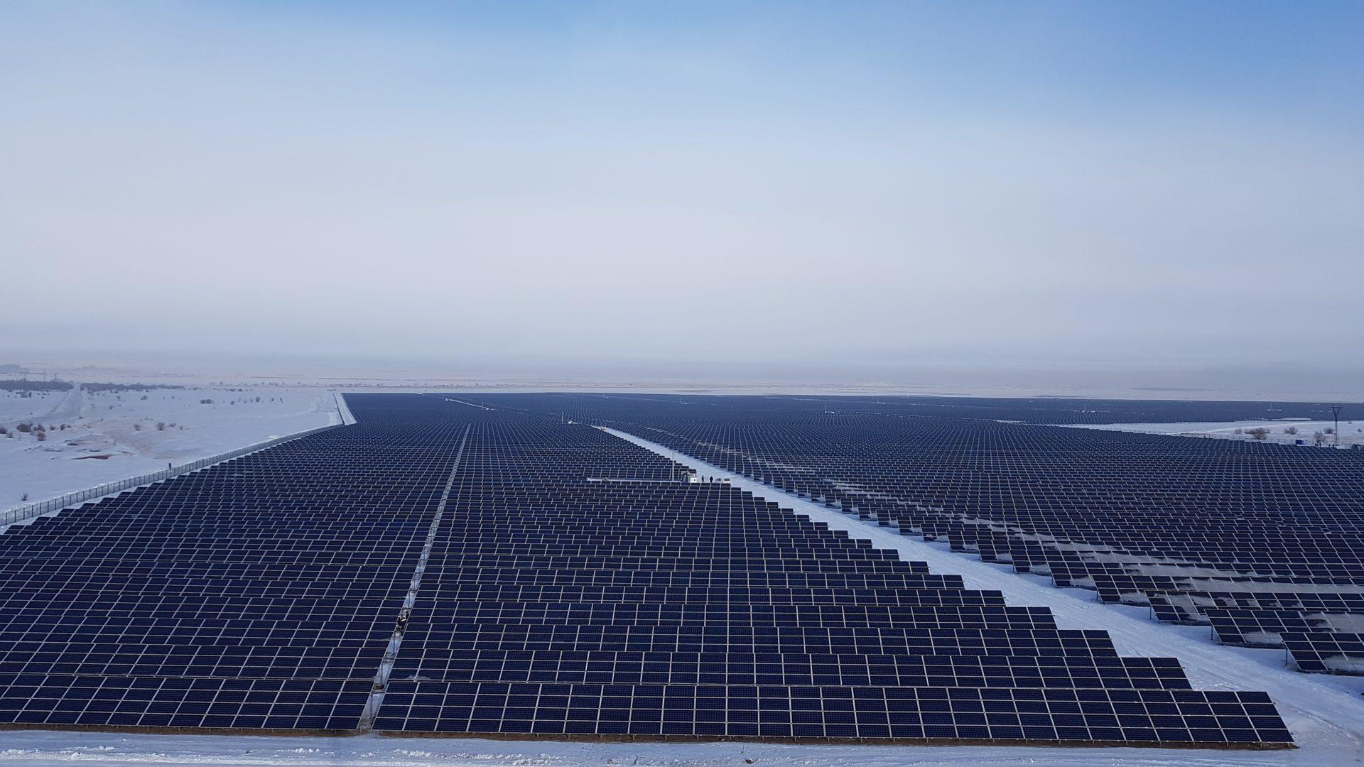 Goldbeck Solar realisierte die größte Freiflächen-Anlage in Zentralasien mit 100 MWp innerhalb von sechs Monaten Bauzeit. (Foto: Goldbeck Solar)