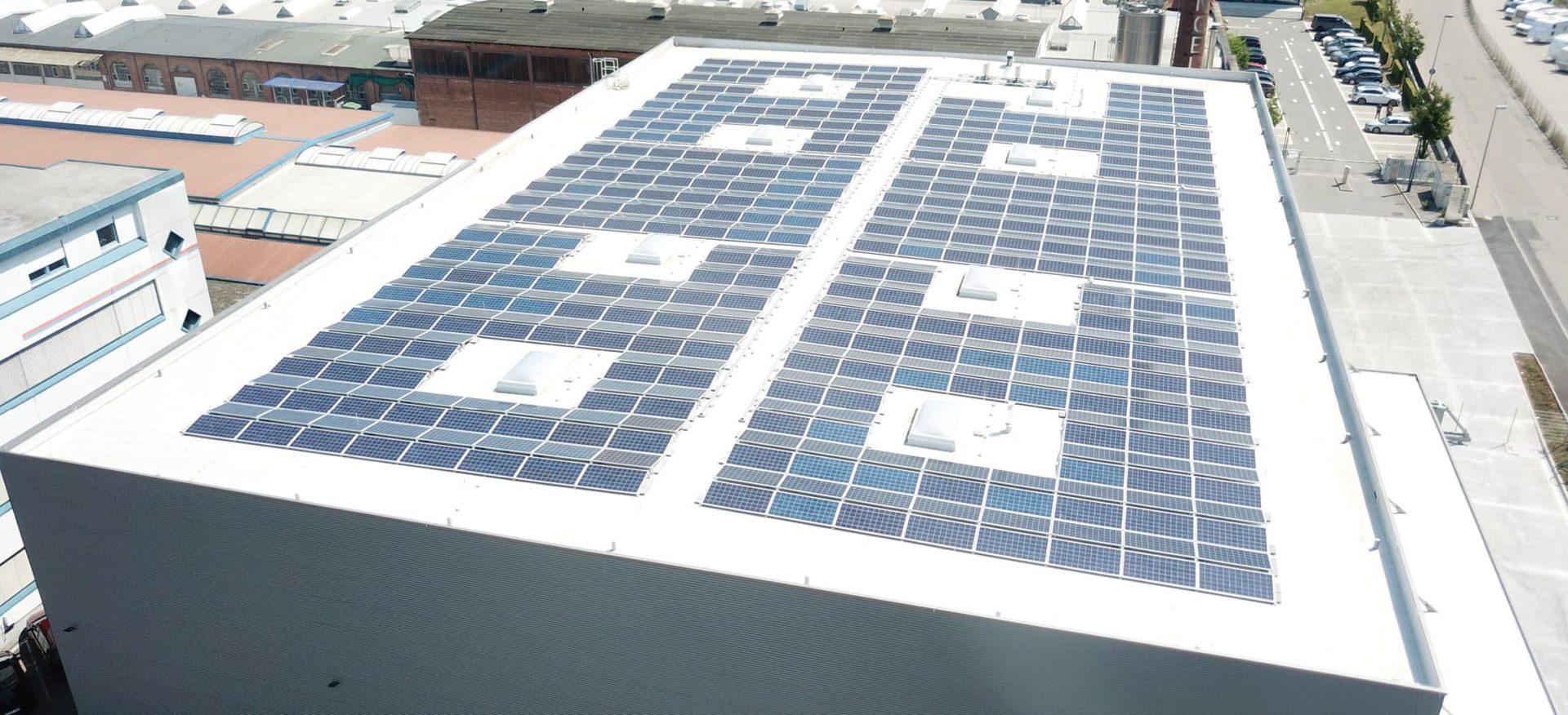 Eine Solaranlage auf einem gewerblichen Dach