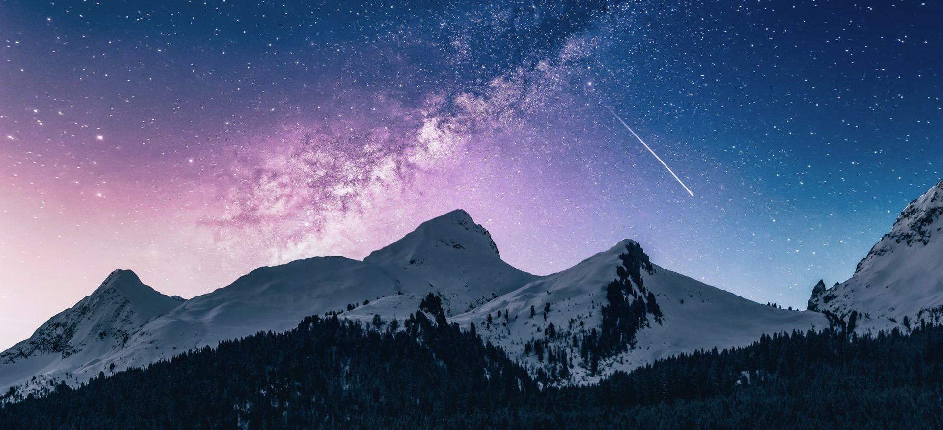 Ein schöner Sternenhimmel mit Sternschnuppe und Bergen