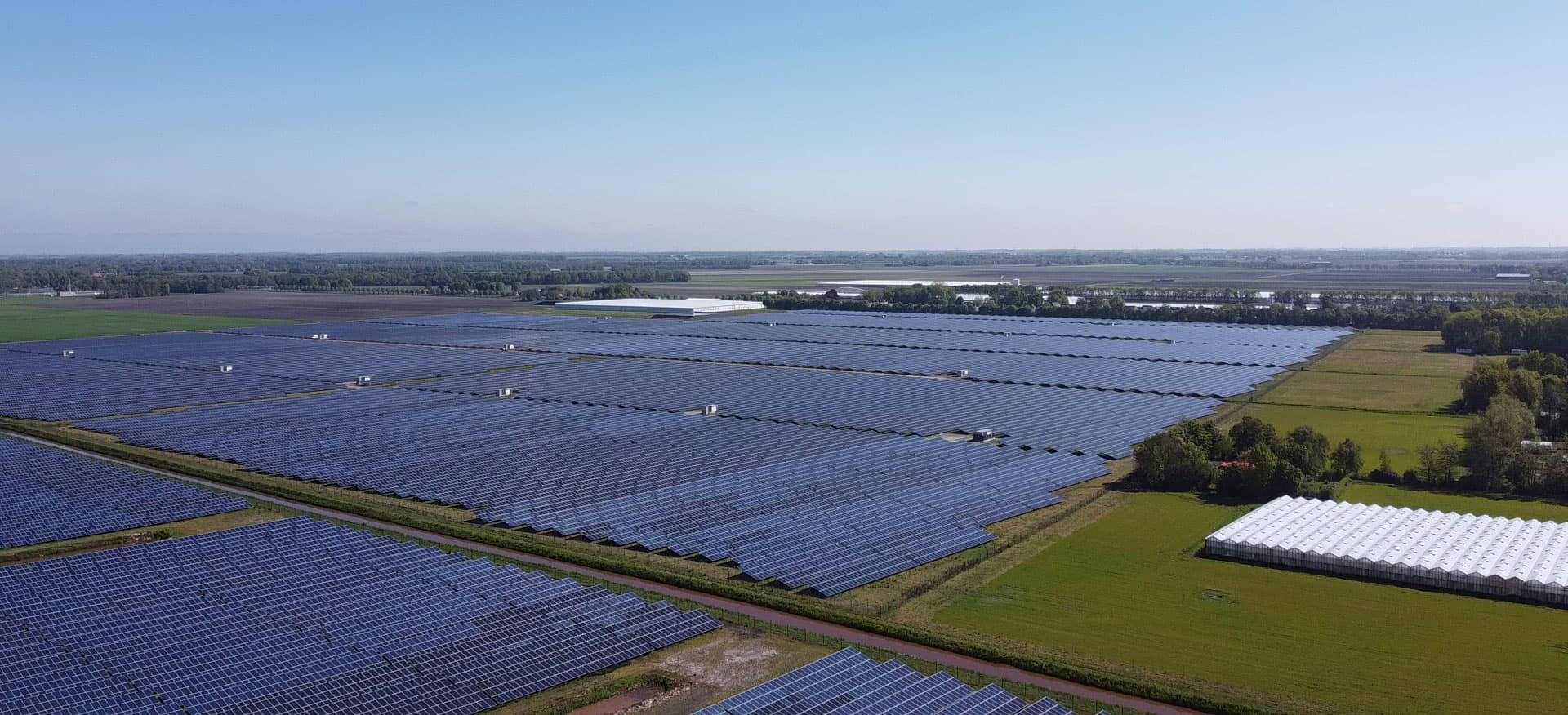 Luftaufnahme Solarpark Midden-Groningen in den Niederlande
