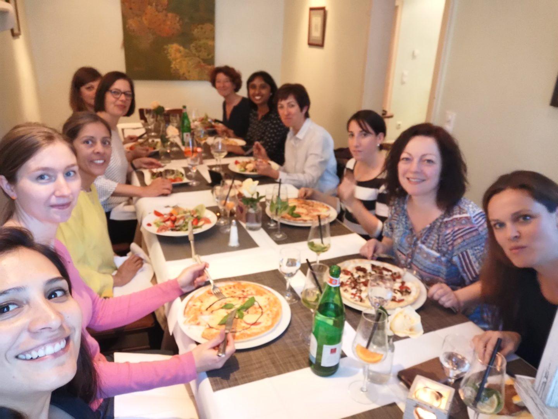 Das Goldbeck Frauenteam beim Essen zu Mittag