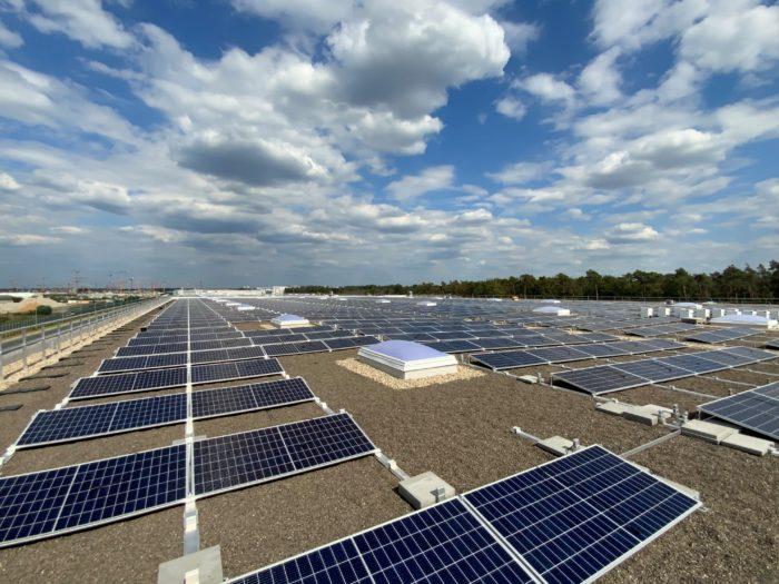 Das Fraport-Solardach auf der Swissport-Frachthalle mit Wolken