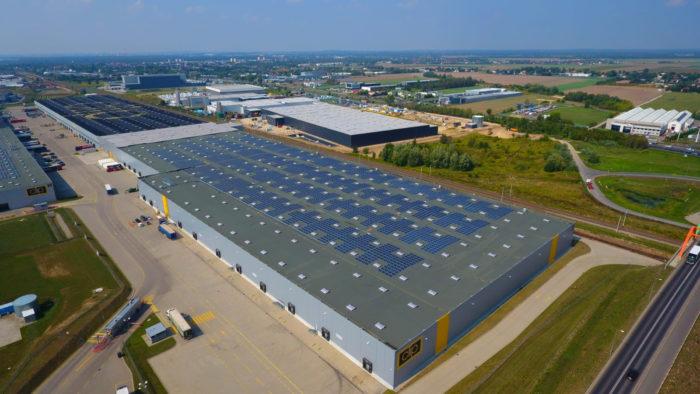 Ein Gebäude mit Solaranlage auf dem Dach