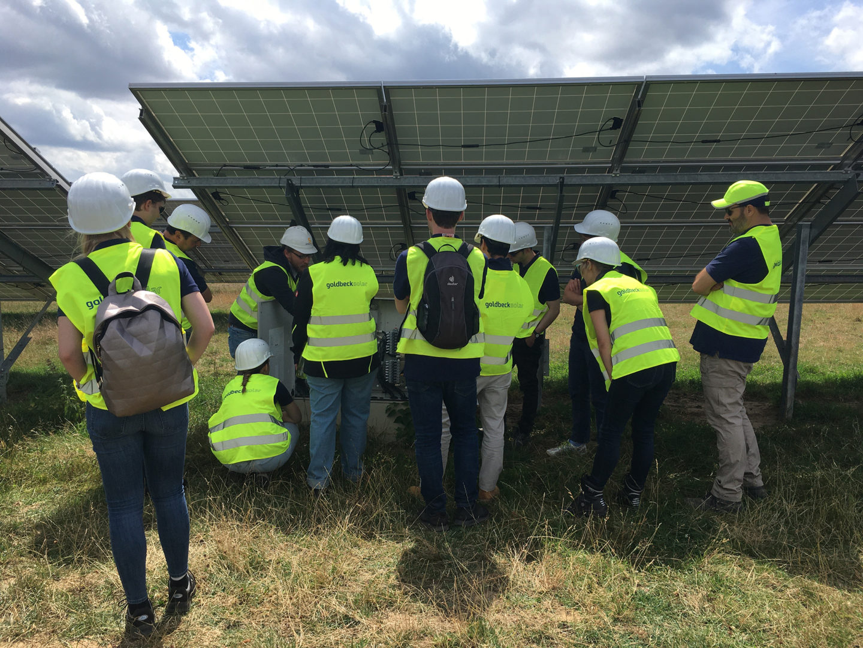 Mitarbeiter beim Ausflug zum Solarprojekt Sunera
