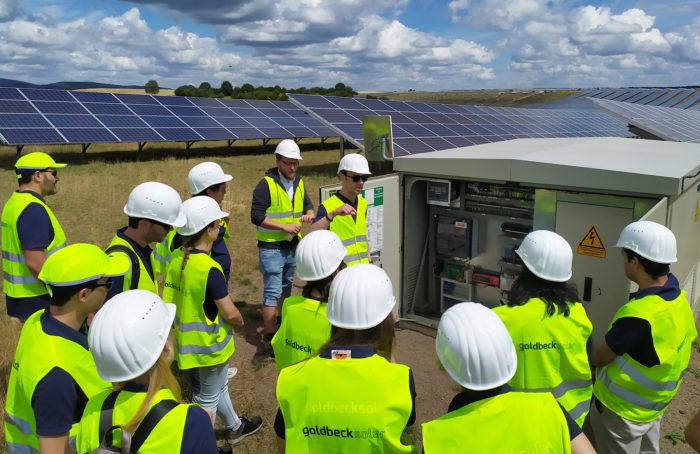 Mitarbeiter lassen sich das Solarprojekt Weierweiler erklären