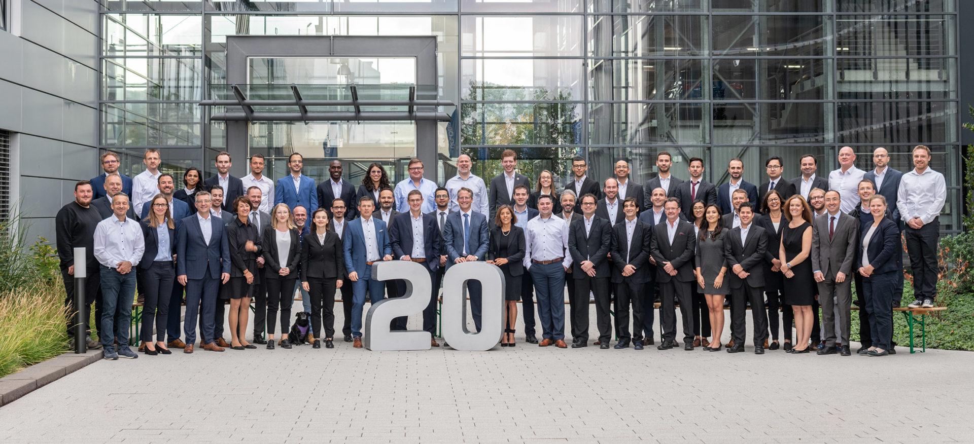 Das GOLDBECKSOLAR-Team vor dem Unternehmenssitz