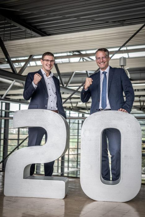 Tobias Schüßler und Joachim Goldbeck mit einer symbolischen 20