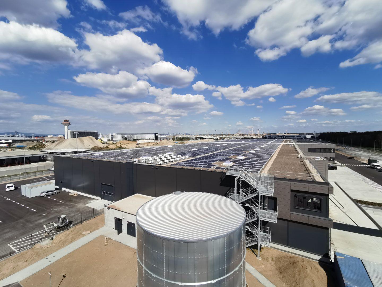 Das Fraport-Solardach auf der Swissport-Frachthalle