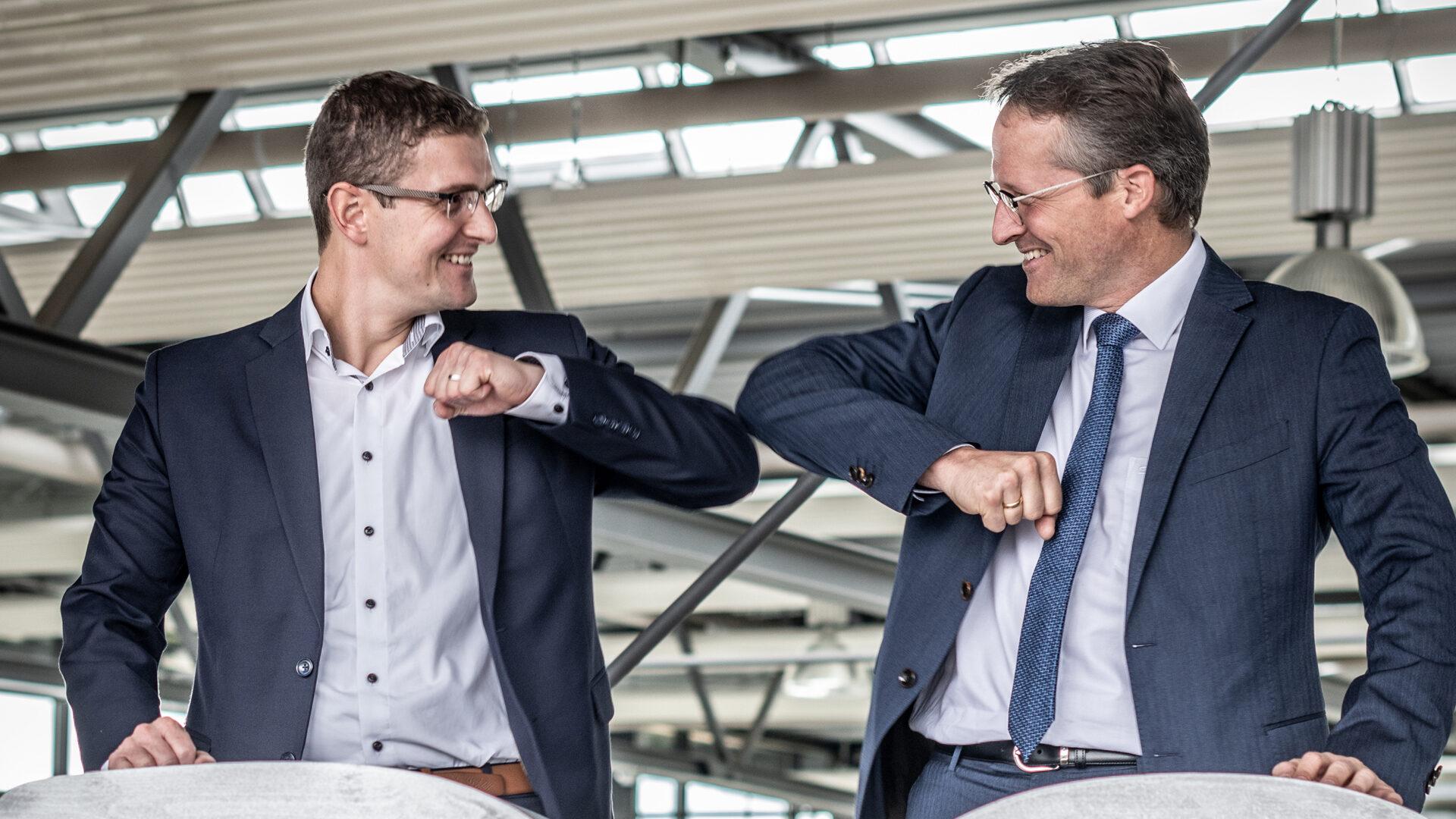 Tobias Schüssler und Joachim Goldbeck feiern den erfolgreichen Geschäftsbericht 2020