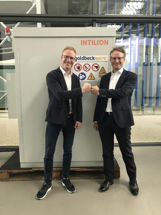 Auf dem Bild ist links Manuel Schmidt (Geschäftsbereichsleiter der INTILION GmbH) und rechts Joachim Goldbeck (Gründer von GOLDBECK SOLAR) zu sehen.